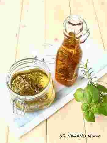 ローズマリーのはちみつ漬けと、りんご酢漬け。葉をすべてしっかり漬けるようにして、1~2週間置けば完成。