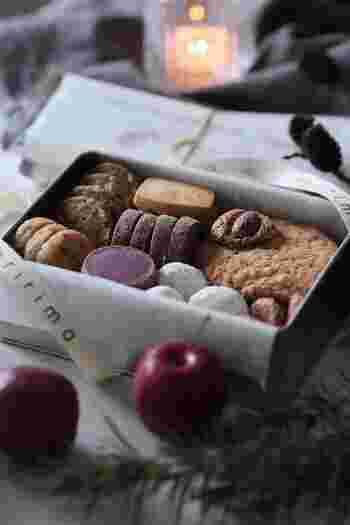 お客様からいただいたお土産は放置せず、みんなの前で開ける機会を設けましょう。  お菓子なら、まずは箱だけ見せ、食後に中身をお披露目するのもいいですね。お客様がわざわざ選んでくださった気持ちを大切にすることがとても重要です。