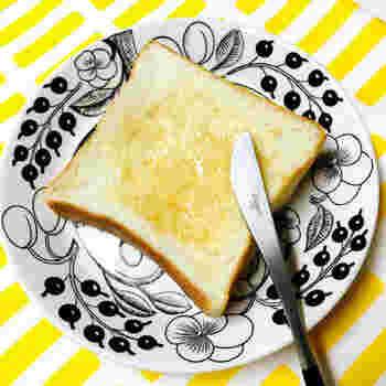 生で食べると耳までやわらかいのですが、トーストするとさくっとして甘みが増します。カリっモチフワっを楽しむなら、厚切りトーストがはずせません! バターとはちみつで、あつあつとろ~りモチフワをいただきたい♪