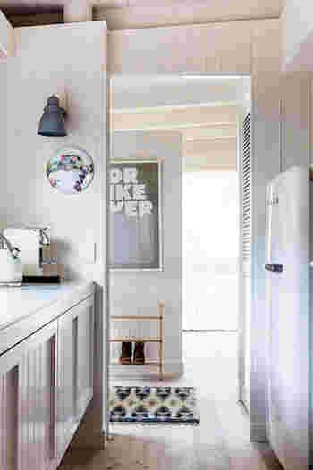 白の冷蔵庫なら、ナチュラルなキッチンや北欧系のお部屋にも自然にフィットしてくれます。ケトルやトースターも同じブランドで揃えるのもおススメ。