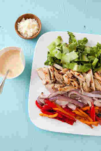 海外で今トレンドになっており、健康維持や美容、ダイエットなど様々な目的で食生活に取り入れられています。見た目も鮮やかなことから、簡単でおしゃれなメニューとしても注目です。一皿で満足できるサラダなので忙しい方にピッタリ。フルーツが不足しがちな日本人に嬉しいサラダです。