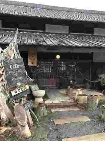 水戸内原イオンモールの近くにある「namakemono(ナマケモノ)」。「たらいうどん椛や」と言う人気の古民家風のうどん屋さんと同じ敷地内にあります。 こちらのカフェは、フランス人の旦那様と日本人の奥様が開かれたそうです。蔵をリノベーションしているだけあって、入口から漂う味わいに風情が感じられますね。廃材などを使ってお店を素敵にアレンジしており、モノを無駄にしない温もりあるコンセプトにも感銘を受けます。