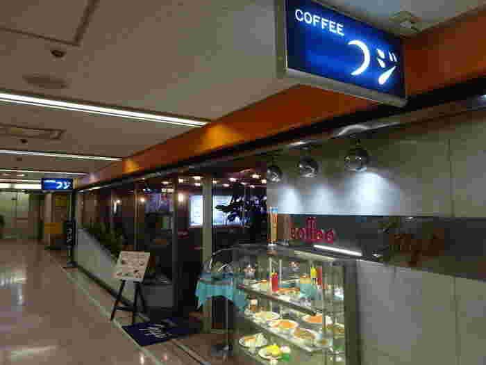 新橋駅の烏森口を出て徒歩約1分。ニュー新橋ビルの地下1階にあるのが喫茶店「フジ」です。看板のフォントと、お店の前のディスプレイケースがレトロな空気を漂わせています。