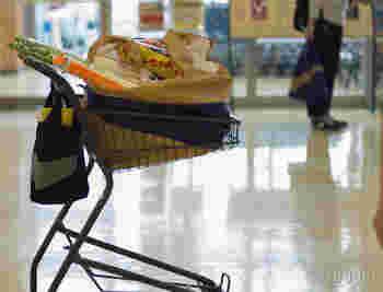 サイズはスーパーの買い物に適したLサイズ。トイレットペーパーに長ネギにバナナ…。週末のまとめ買いもこれなら安心です。