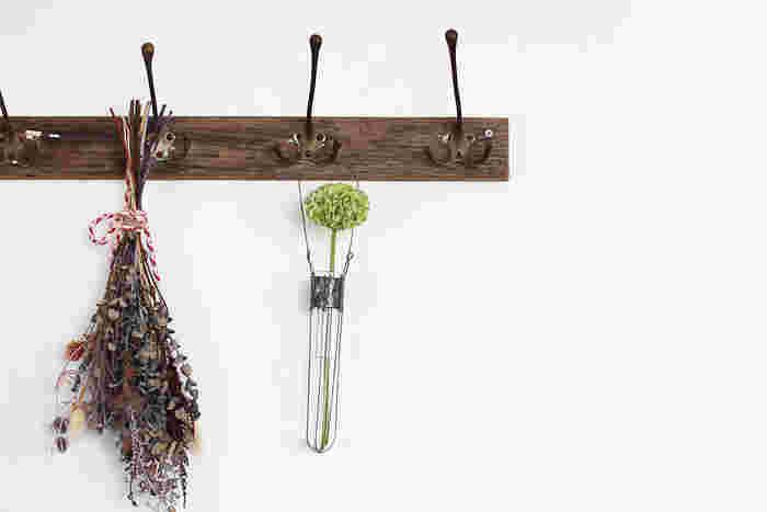 試験管をアレンジしたワイヤー花器は、さりげなく一輪のお花を飾るのにぴったり。ちいさめサイズなので、邪魔になることなく、お部屋のアクセントになってくれます。