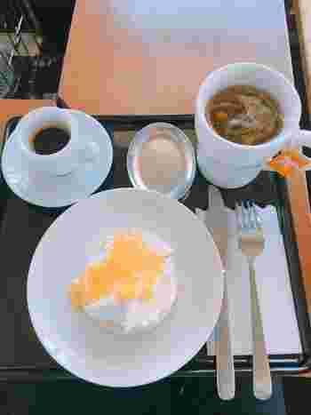 クランペットは、東京・東麻布でイギリス菓子教室を開くStacey Wardさん直伝。 『バター&ハニー』『クリームチーズ&アップルジャム』などのスイーツ系と、卵とハムを組み合わせた食事系のメニューがあります。 コーヒー豆は、東京・三軒茶屋「オブスキュラコーヒー」から取り寄せています。2000mあまりという標高をイメージしてブレンドされたもの。