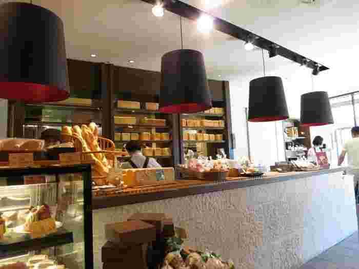 「ベーカリー&スイーツ ピコット本店」は、箱根を代表する老舗ホテル「富士屋ホテル」の直営店。ホテルで出されているパンも製造しています。  この店の一番人気は、ホテルの名物カレーをアレンジした『クラシックカレーパン』。ボリューム満点で美味しいと評判ですが、お土産ならホテルでも供される『食パン』と『アップルパイ』。