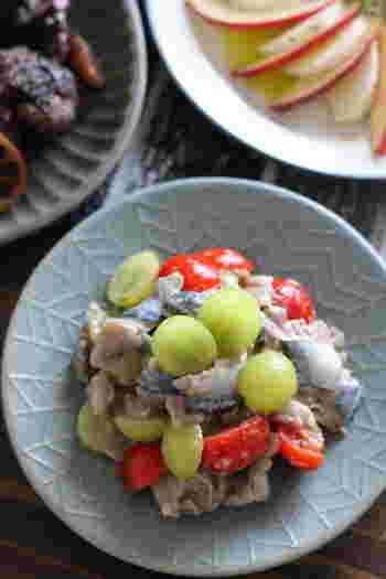 フルーティーなぶどうとトマトと青魚のマリネ。火を使わず和えるだけのレシピなので簡単に作ることができます。お酢やレモン汁のクエン酸で、体の疲労回復も期待できます。