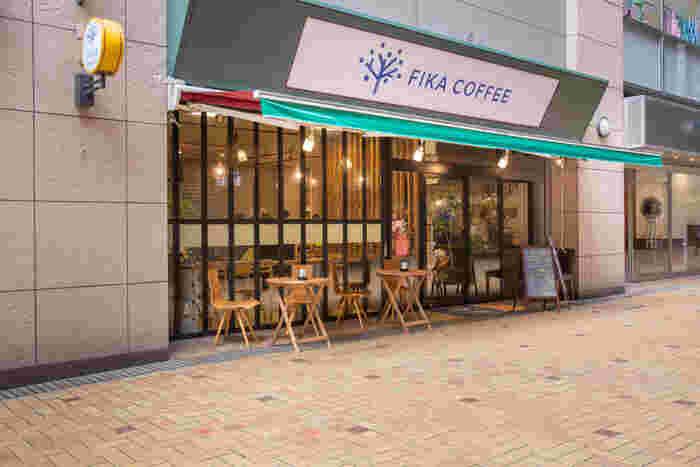 リバレインセンタービルの1階にある「FIKA COFFEE(フィーカ コーヒー)」は、自家焙煎のコーヒー専門店。中洲川端駅から歩いて1分でふらっと立ち寄りやすいのも魅力です。
