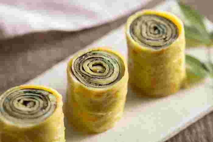 厚焼きではなく薄焼き卵をくるくる巻いて作るなんとも楽しい卵焼き。お弁当のよいアクセントになりますよ。海苔と一緒にスライスチーズを混ぜてもOK。大葉やほうれん草でも美味しく出来上がります。デコ弁など楽しいお弁当を作りたい時におすすめですよ。