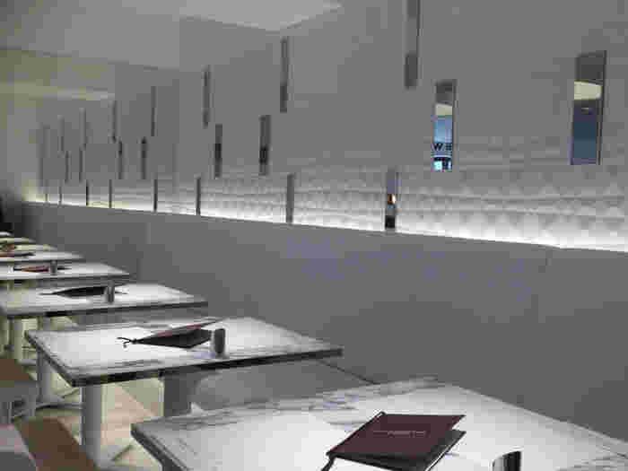 モダンで清潔感を感じる真っ白な店内。約40席と比較的広いので、ゆっくりとおしゃべりを楽しむことができます。