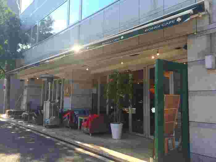 代々木公園駅、代々木八幡駅から徒歩5分の場所にある「BONDI CAFE YOYOGI BEACH PARK」。晴れた日は、テラス席もいい雰囲気♪ペットOKだから、代々木公園の散歩前後の犬を連れた人たちでいつも賑わっています。