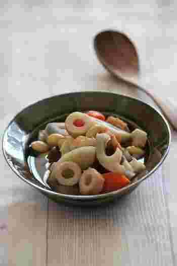 ほっこりとおいしい、根菜と大豆とちくわの簡単煮物。材料をすべて切ったらお鍋に入れてコトコト煮るだけの簡単レシピです。お弁当や常備菜にもおすすめ。