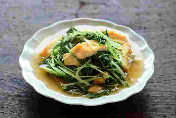 もう一品あると嬉しい副菜のおかずにぴったりのレシピ。水菜のシャキシャキとした食感と、だしをたっぷり吸った油揚げ美味しい一品です。水菜は火が通りやすいので、こちらの煮浸しは10分程度で作ることができます。忙しい日にもさっと作れそうですね。