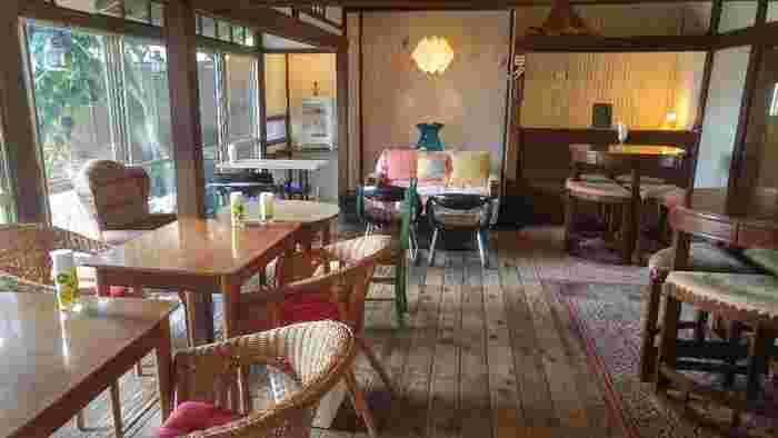 古民家を改装した店内は明るく、レトロで落ち着いた雰囲気。