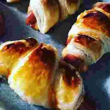 冷凍パイシートにチェダーチーズとソーセージを乗せてくるくるっと巻いてオーブンで加熱するだけ♪パイシートを使えば朝から簡単にサクサク出来たてのクロワッサン風朝食が味わえます。