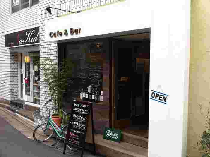 JR線の水道橋駅からすぐのところにあるカフェ&バー「ベースキャンプ (BASE CAMP)」は、都会にいながら山小屋気分でキャンプ料理を楽しめるというお店です。店内をはじめ、出てくるお料理もとってもおしゃれ。アウトドアの雰囲気を上品に味わえます。