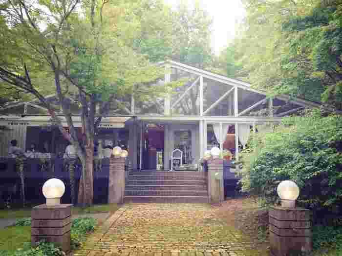 山中湖の畔にある、大人気のお店。林の中に佇む、雰囲気バツグンのカフェです。
