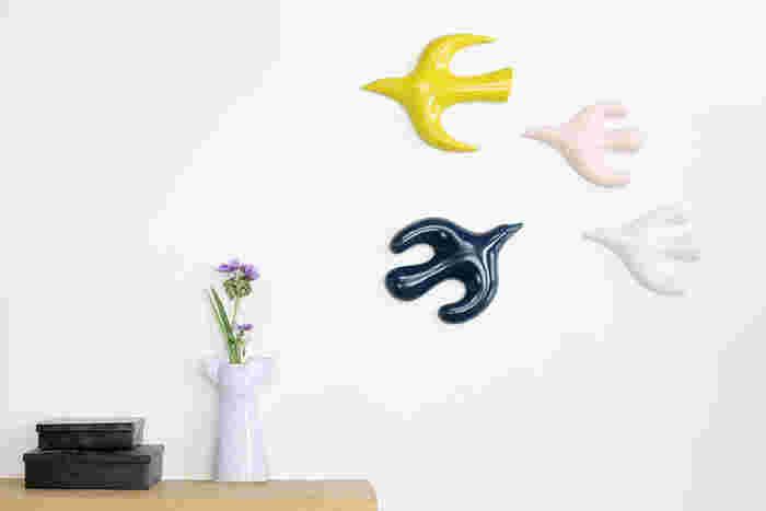 陶器で出来た鳥の壁掛けオブジェです。鳥たちの自由で愉快に飛んでいる姿は見ていて楽しくなりますね。