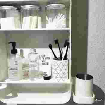 歯磨きコップの専用ホルダーをつけたときのインスタです。イケアの吸盤式のソープディッシュを取り付けて、その上にコップを置いています。ぬるぬるしがちな歯磨き用のコップ置きを独立させるとお掃除がしやすくなります。
