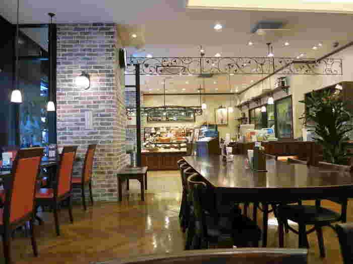 お食事は売り場の奥の広々としたカフェスペースで。クラシカルな雰囲気の中、美味しいパンを味わいながらゆっくり過ごせますよ。