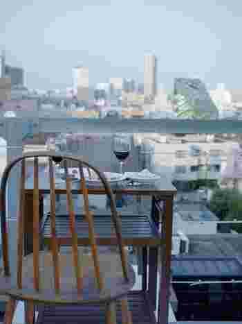"""六本木ヒルズも一望する""""屋上カフェ""""の側面も。"""