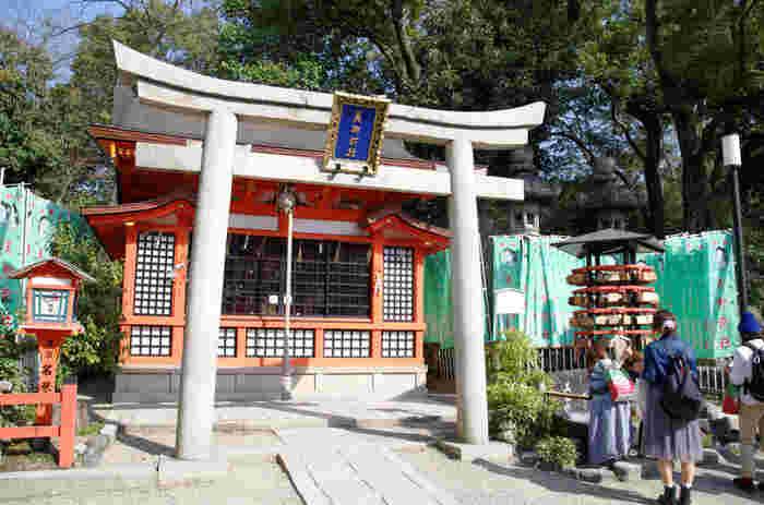 八坂神社参拝で欠かせないのは、美御前社です。この神社には、多岐理毘売命・多岐津比売命・市杵島比売命という美人として名高い3人の女神が祀られています。ここでは美容祈願の御利益があり、祇園の舞子さんや芸妓さんも参拝に訪れているそうです。