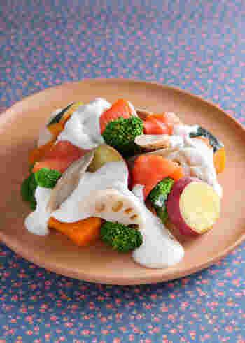 こちらは水切りヨーグルトをソースにアレンジした一品。たっぷり野菜にヨーグルトソースをかけたクリーミーなサラダは、さっぱりとした味わいでバゲットと合わせれば、ブランチにもぴったりです。