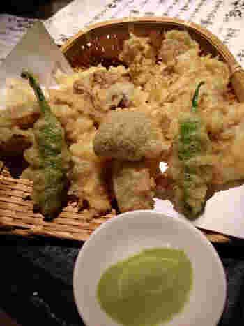 お酒も楽しめる焚膳では、おでん以外のメニューも充実。揚げたての天ぷらがお酒に良く合います。