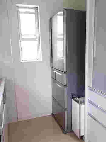 冷蔵庫と棚の間など、オーダーでない限り、隙間が出来てしまうもの…。ぜひこの隙間にゴミ箱を置いてみませんか?間に置くことでゴミ箱が見えにくくなりますし、気に入らない隙間も埋まり一石二鳥。ちなみにこちらのゴミ箱は、幅25cmと、とってもコンパクトなのだそうです。