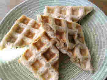 ご飯とパンのコンビネーションが楽しめる変わりワッフル。薄切りの食パンにご飯を薄くのせ、さらにおかず具材をのせてもう1枚のパンでサンド。ワッフルメーカーで焼きます。独特のもちっとした食感やボリューム感など、食事になるワッフルです。
