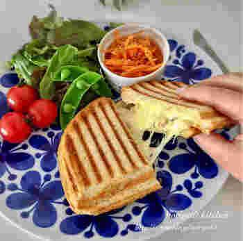 写真は、ピンタトニオのワッフルメーカーのパニーニプレートで焼いたパニーニ。パニーニのプレートが付いていなくても、ワッフルプレートを使ってパンが楽しく焼けそうですね。