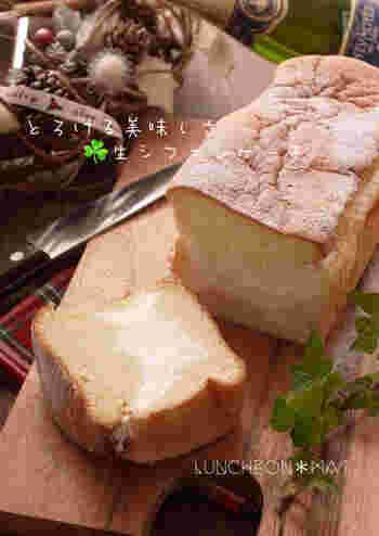 パウンド型で焼く生シフォンケーキは、断面のかわいらしさが際立ちます。パウンドケーキ型は、横から穴を開けて生クリームを絞り込みます。