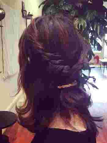 トップの髪を2つに分けてゆる~いロープ編みにして留めるだけ。 多めに毛束を取るとゆるく仕上がりますよ。