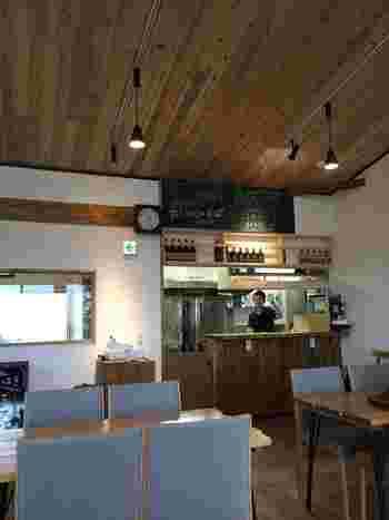白い漆喰の壁に木の傾斜天井は、お蕎麦屋さんというよりカフェの雰囲気。 11時30分から14時まではお蕎麦のランチタイム、14:00以降のカフェタイムには、『フロマージュブラン』『チョコブラウニー』などのスイーツもありますよ♪