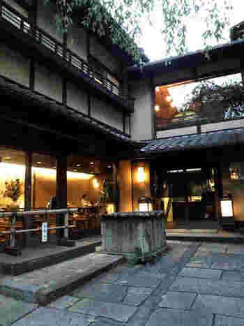 産寧坂の料亭「明保野亭」。 坂本龍馬の定宿としていた料理旅館にゆかりをもつ店としてよく知られています。 【画像は、コの字型の店の入り口と井戸。】