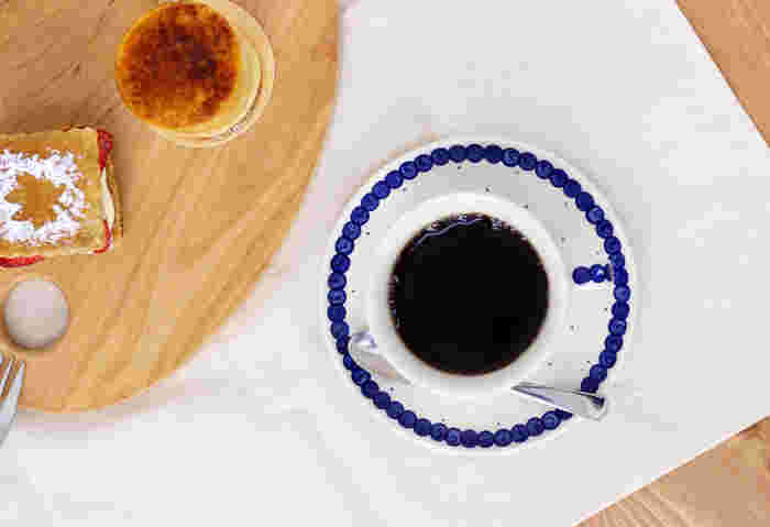 白地に爽やかな青が映えるカップ&ソーサー。ソーサーはお菓子などをのせる小皿としても使えます。