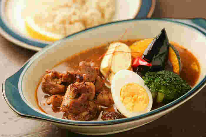 アジアよりも洋風スープカレーの気分。そんな時にオススメなのが「ZORA」です。マスターは、スープカレーの人気店「suage」出身。人気メニューの「ジャークチキン」はもともとジャマイカの郷土料理で、ハーブの香りやスパイスのコクがしみこんでいます。その他、月替りの「マンスリーカレー」、道産牛リブロースや炙りラムなどのカレーも味わえます。