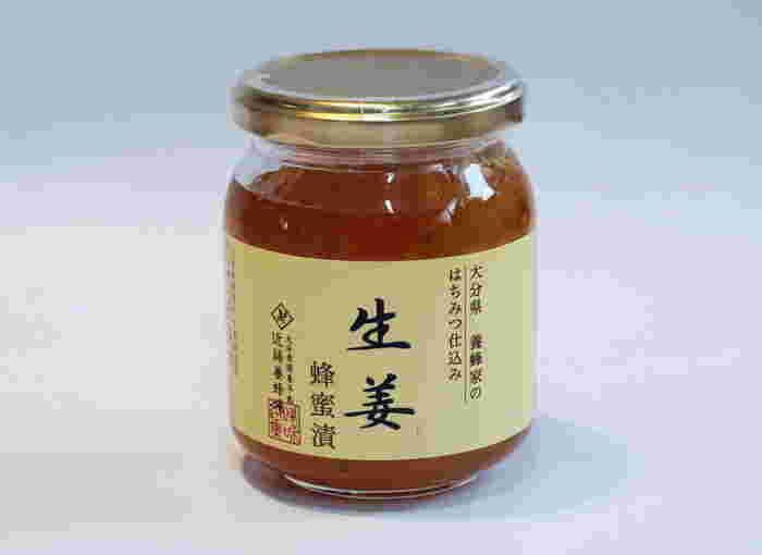 大分県の養蜂家のはちみつ仕込み。近藤養蜂場の生姜蜂蜜漬は、秋に収穫した国産の生姜を、良質なはちみつにじっくり漬け込んだ豊かな風味が特徴です。ひとつあると、さまざまな料理やスイーツ、ドリンクなどに使えて便利ですね。