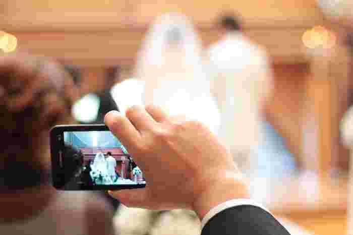 結婚式にはシャッターチャンスがいっぱい。カメラを持っていない方はスマートフォンで感動のシーンを記録して。