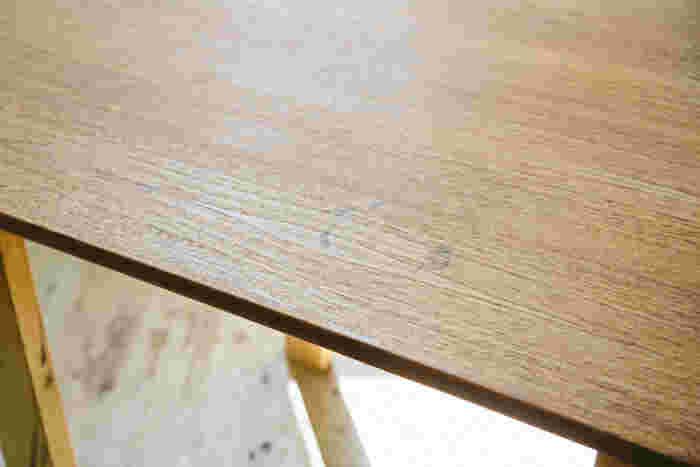 汚れが染み付いてしまった修理前のテーブル