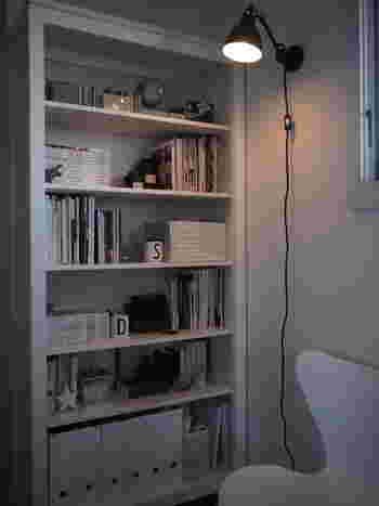インダストリアルな雰囲気を醸し出すGRASランプが、本棚をスポットで照らしています。本棚に飾られたアイテムの数々がまるで浮かび上がってくるかのように感じられます。