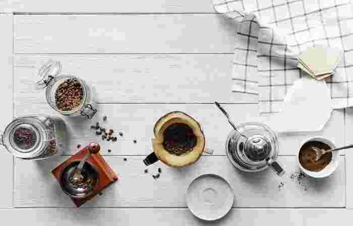 """コーヒーを語る上で外せないのが香りです。でもその香り、挽いた瞬間から劣化してしまうのです。コーヒーの香ばしいかおりを存分に楽しむために、お家でコーヒーミルを使って""""挽きたて""""を味わってみませんか?"""