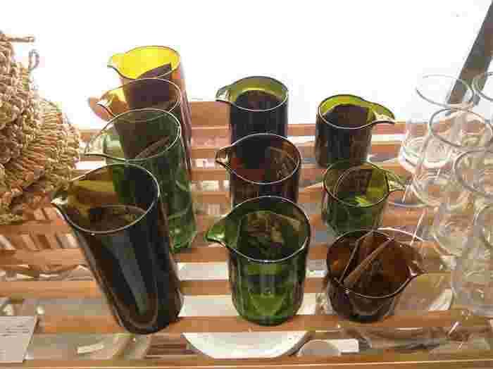再生瓶のビーカーと計量カップは夏らしい取り揃え。 新潟県で消費された瓶が元になっている商品です。 厚みや色合いの違いを眺める時間も、なんだか癒されます♪