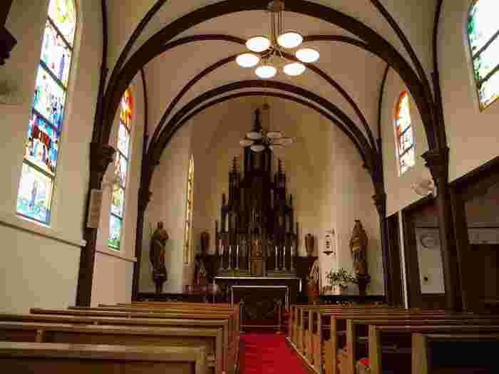 正面のゴシック様式の祭壇はアムステルダムの聖トマス教会から特別に譲り受けたものだそうです。そして椅子の下は畳敷きという珍しい教会。なので参列者は靴を脱いで上がります。