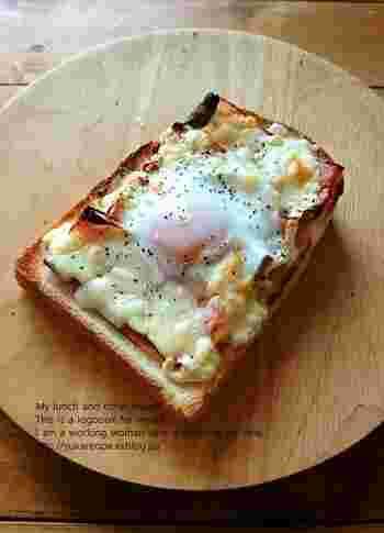 卵と相性ぴったりのベーコンを使ったお手軽レシピ。カリカリっとしたベーコンと、とろっとしたタマゴの絶妙なハーモニーを楽しめます。パンにタマゴをつけながら食べると◎。