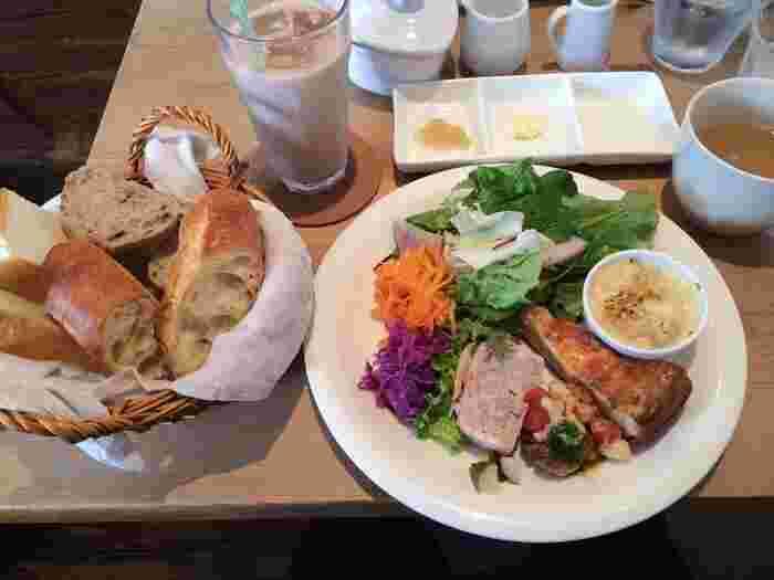 併設されたカフェ「et puis les chaises (エピュイレシェーズ)」では食事にラ ターブルのパンを提供しています。こちらはランチで人気の「今月のプレート」。旬の食材を使ったお総菜がお皿にたっぷり。パンの盛り合わせはお代わり可と嬉しいサービスも。