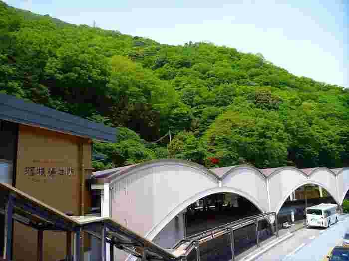 「箱根」は温泉とともに発展した地。その歴史は、今から1200年以上前。既述の通り、奈良期の釈浄定坊によって開湯したことから始まりましたが、彼が発見した「惣湯」は、ここ「箱根湯本」にあります。【箱根湯本駅】