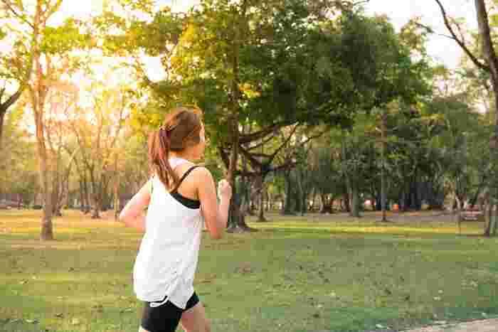 軽い運動で体をほぐすことで肩こり解消につながります。水泳やウォーキング、ヨガやストレッチなどがおすすめ。ポイントは、あまりハードにしすぎず、軽めにすること。無理しすぎるとケガの原因になるだけでなく、いつの間にか動作や姿勢が偏って、悪いクセがついてしまうことも。それが体のゆがみにつながり、肩こりの原因になる可能性もあるそうです。