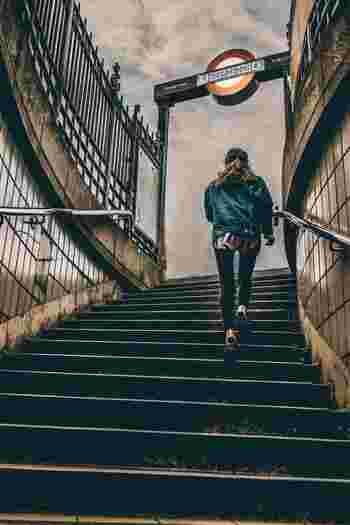 通勤・通学など、ついついエスカレーターやエレベーターを見ると、使ってしまいがちですよね。実は階段を使うのとそうでないのとでは、カロリーの消費量や運動量がまるで変わってくるのです!かかとを浮かせて階段を登れば、ふくらはぎの引き締め効果を絶大です。